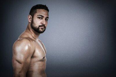 Composite-Bild des muskulösen Mannes Biegen für Kamera