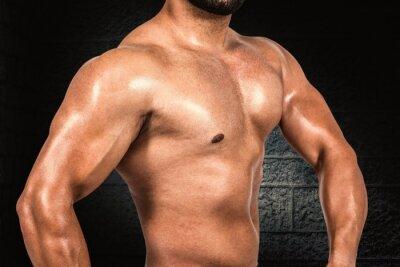Composite-Bild des muskulösen Mannes Biegen seines Bizeps