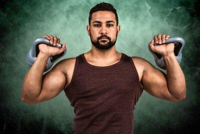 Composite-Bild von muskulösen ernsten Mann heben Kettlebells