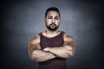 Composite-Bild von muskulösen Mann Blick in die Kamera
