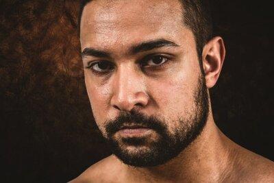 Composite-Bild von muskulösen Mann Stirnrunzeln in die Kamera
