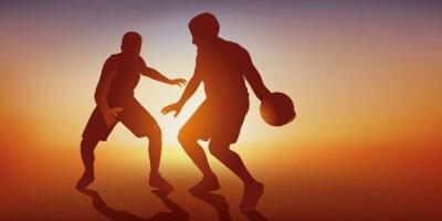 Concept du match de basket avec deux adversaires dans une action de jeu, l'un attaque et l'autre défend pour l'empêcher d'aller marquer un panier.