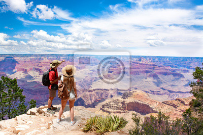 Bild Couple on top of the mountain, looking at beautiful summer mountain  landscape. Friends on hiking trip enjoying view of Colorado river. South Rim. Grand Canyon National Park, Arizona, USA.