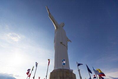 Bild Cristo del Rey Statue von Cali mit Weltflaggen und blauer Himmel, Col