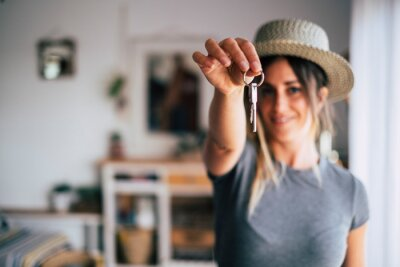 Bild Crop close up of female tenant renter show praise house keys moving to first own new apartment or house, happy woman owner buy purchase home, relocate to dwelling, rental, rent, ownership concept