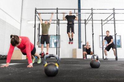 Bild Crossfit Gruppe trainiert verschiedene Übungen
