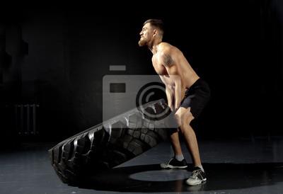 Crossfit-Training - Mann, der Reifen dreht