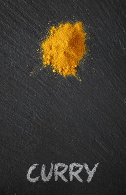 Bild Curry auf einem schwarzen Schiefertisch