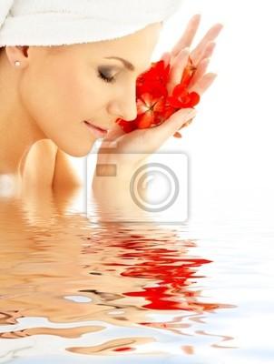 Dame mit roten Blütenblätter in Wasser
