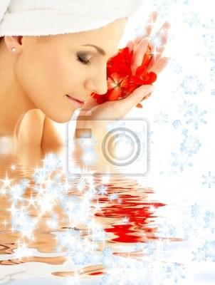 Dame mit roten Blütenblätter und Schneeflocken in Wasser