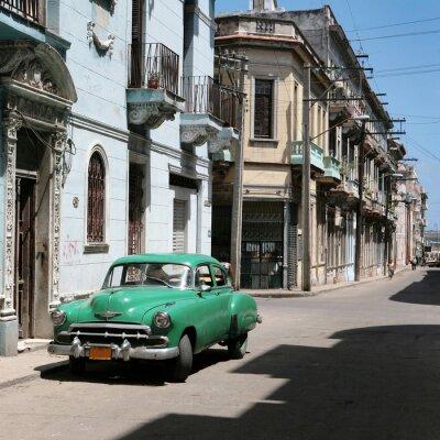 Das Auto ist in der Innenstadt von Alt-Havanna geparkt