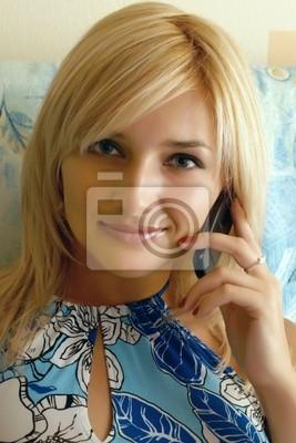 Das junge Mädchen spricht am Telefon