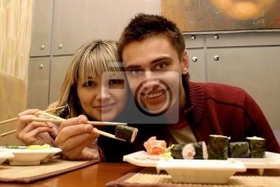 Das junge Paar isst Sushi im Restaurant