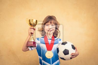 Das Kind tut so, als sei er Fußballer