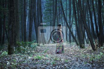 Das Mädchen in einem dunklen Wald
