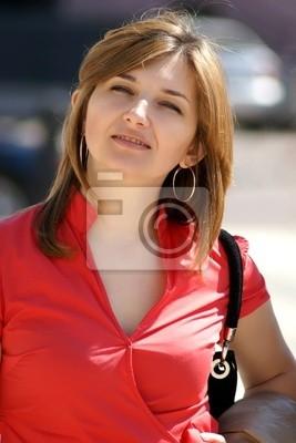 Das schöne junge Mädchen in einer roten Bluse