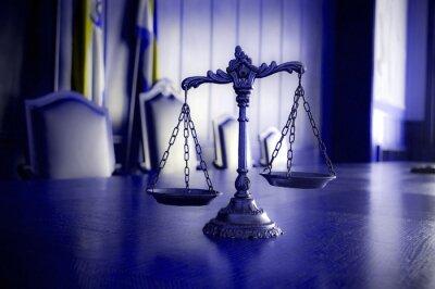 Bild Dekorative Skalen von Gerechtigkeit im Gerichtssaal