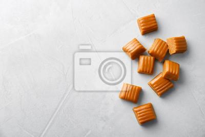 Bild Delicious caramel candies on light background