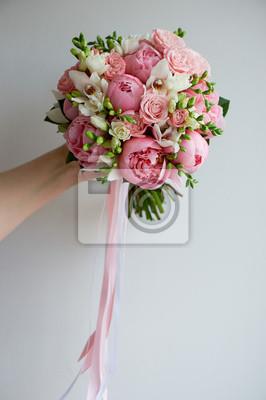 Der Brautstrauss Aus Weichen Rosa Pfingstrosen Und Weissen Rosen