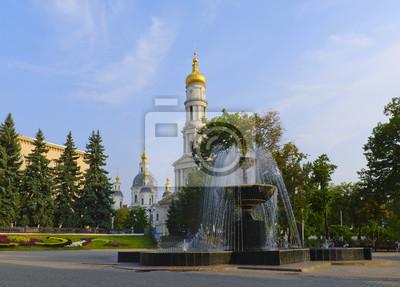 Der Brunnen auf dem Platz vor der Kathedrale Mariä Himmelfahrt