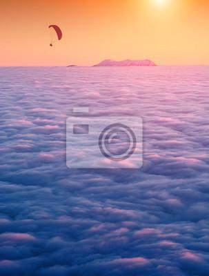 Der Gleitschirm fliegt über das Bergtal