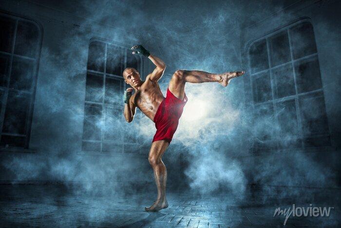 Bild Der junge Mann Kickboxen