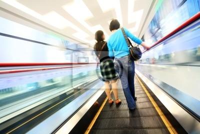 der Käufer Gong auf der Rolltreppe im Einkaufszentrum . .
