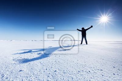 Der Mensch wirft einen Schatten auf den Schnee