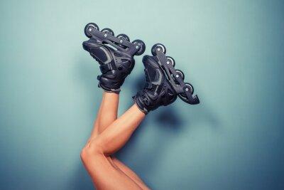 Bild Die Beine der Frau trägt Rollerblades