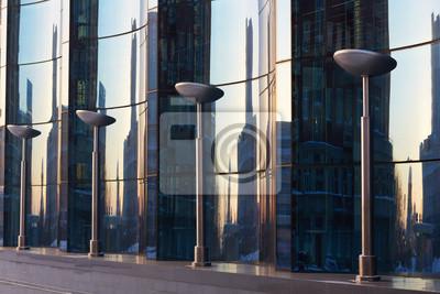 Die Glasfassade aus gebogenem blauem Glas
