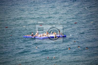 die Menschen, die am Meer schwimmt
