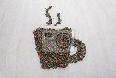 Bild Die Schale, die von den trockenen Blättern des grünen Tees gemacht wird, auf hellem Hintergrund