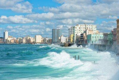 Bild Die Skyline von Havanna mit großen Wellen auf dem Meer