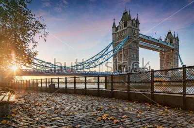 Bild Die Tower Bridge in London, Vereinigtes Königreich, während eines goldenen Sonnenaufgangs