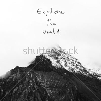 Bild Die Welt erkunden. Inspirational Zitat auf Schneeberg in Yading National Reserve, Daocheng County, Provinz Sichuan, China.