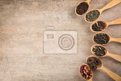 Bild Different sorts of tea in spoons on light background, flat lay
