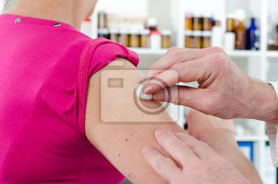 Bild Doktor Desinfektions einen Arm vor der Injektion