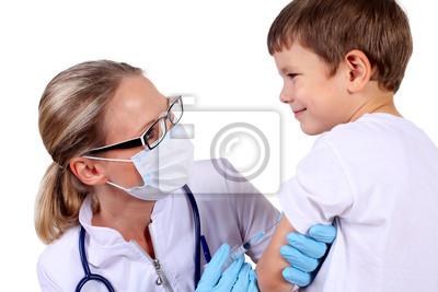 Doktor tut Impfung Kind