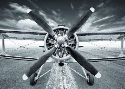 Bild Doppeldecker auf einer Landebahn