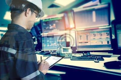 Bild Doppelte Exposition von Ingenieur oder Techniker Mann in Arbeitshemd arbeiten mit Tablette in Kontrollraum von Öl-und Gas-Plattform oder Anlage Industrie für Monitor-Prozess, Business-und Industrie-Ko
