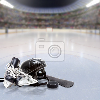 Dramatische Hockey-Arena mit Ausrüstung auf reflektierende Eis-und Textfreiraum. Absichtliche Fokus auf Vordergrundausrüstung und flache Schärfentiefe auf Hintergrund. Beleuchtung Flare-Effekt.