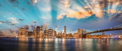 Bild Dramatischer Himmel über Brooklyn Bridge und Manhattan, Panorama-Nacht