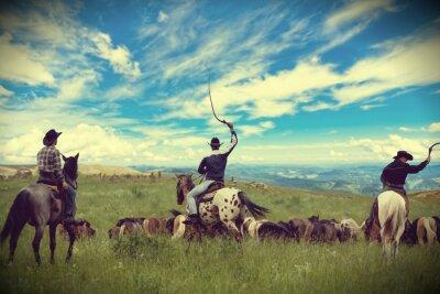 Bild Drei Cowboys fahren Herde von Pferden, Straffung, Vignettierung