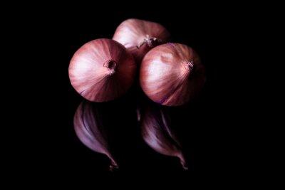 Bild Drei Schalotte Zwiebeln mit Schale auf schwarzem Hintergrund mit Reflexion