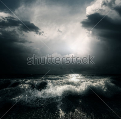 Bild Dunkle Sturmwolken und enorme Wellen auf einem Meer