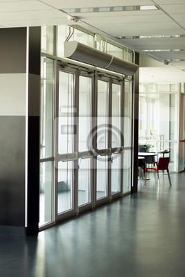 Durchsichtige Türen am Eingang
