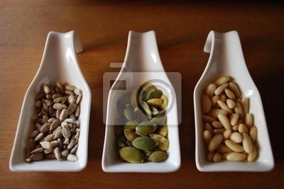 Bild Edibles Samen in weißen Keramik-Container auf Holz Hintergrund