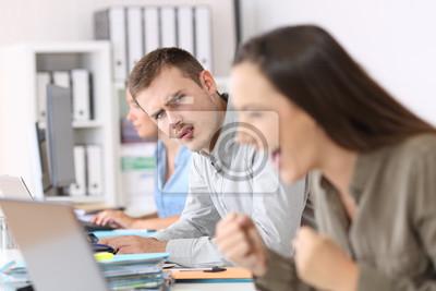 Bild Eifersüchtiger Angestellter, der einen erfolgreichen Kollegen ansieht