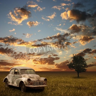 Bild Ein altes verlassenes Auto mit Sonnenuntergang