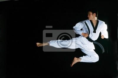 ein asiatischer Mann mit Taekwondo spielen